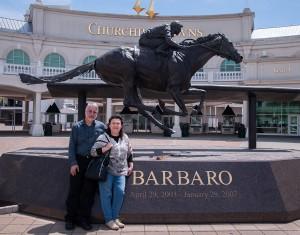 Аз и Пенка пред статуята на Барбаро